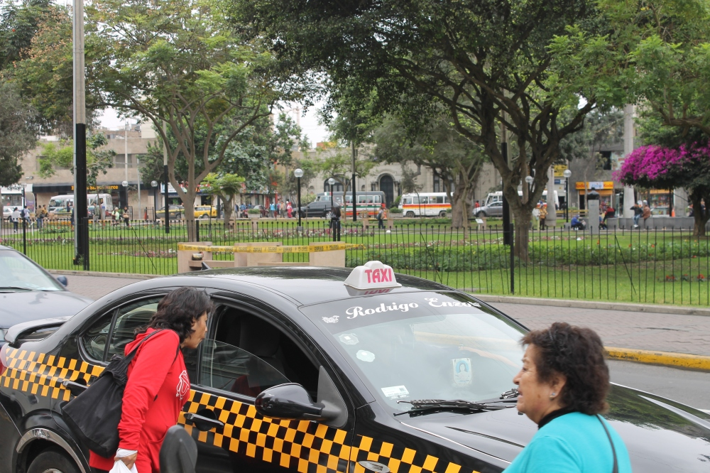 A taxi with the black-yellow stripes along the car and sign, as per the new ruling. (photo: Alex Pashley)