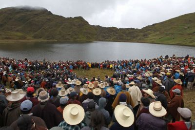A community meeting at Yanacocha lake in Cajamarca, before mining operations got underway (photo: anticapitalistes /cc)